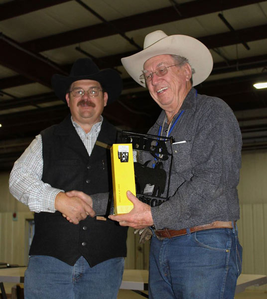 Stan and Jimmie Jernigan came up to Indiana from Abilene, TX. Stan gets the Championship loot here from new ITLA President Mike Tomey.